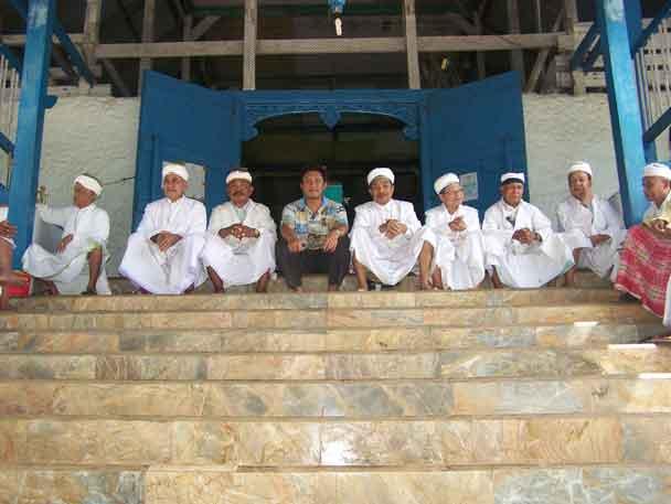 Berfoto bersama tokoh agama sebelum dilaksanakan sholat Jum'at di Masjid Kesultanan Bau Bau.