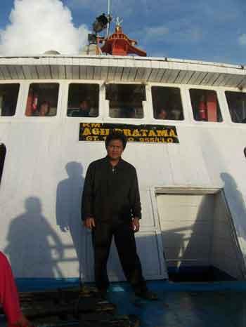 Berfoto sesaat sebelum kapal merapat di pelabuhan Wanci
