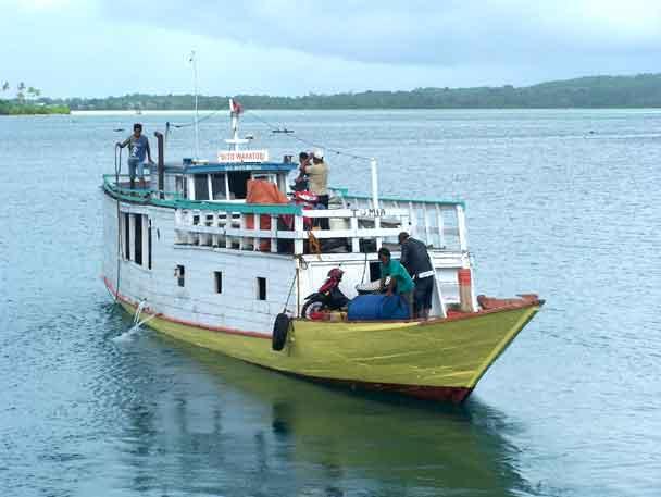 Sebuah kapal kayu menuju P. Tomia baru saja berangkat. Perjalanan akan ditempuh sekitar 4 jam.